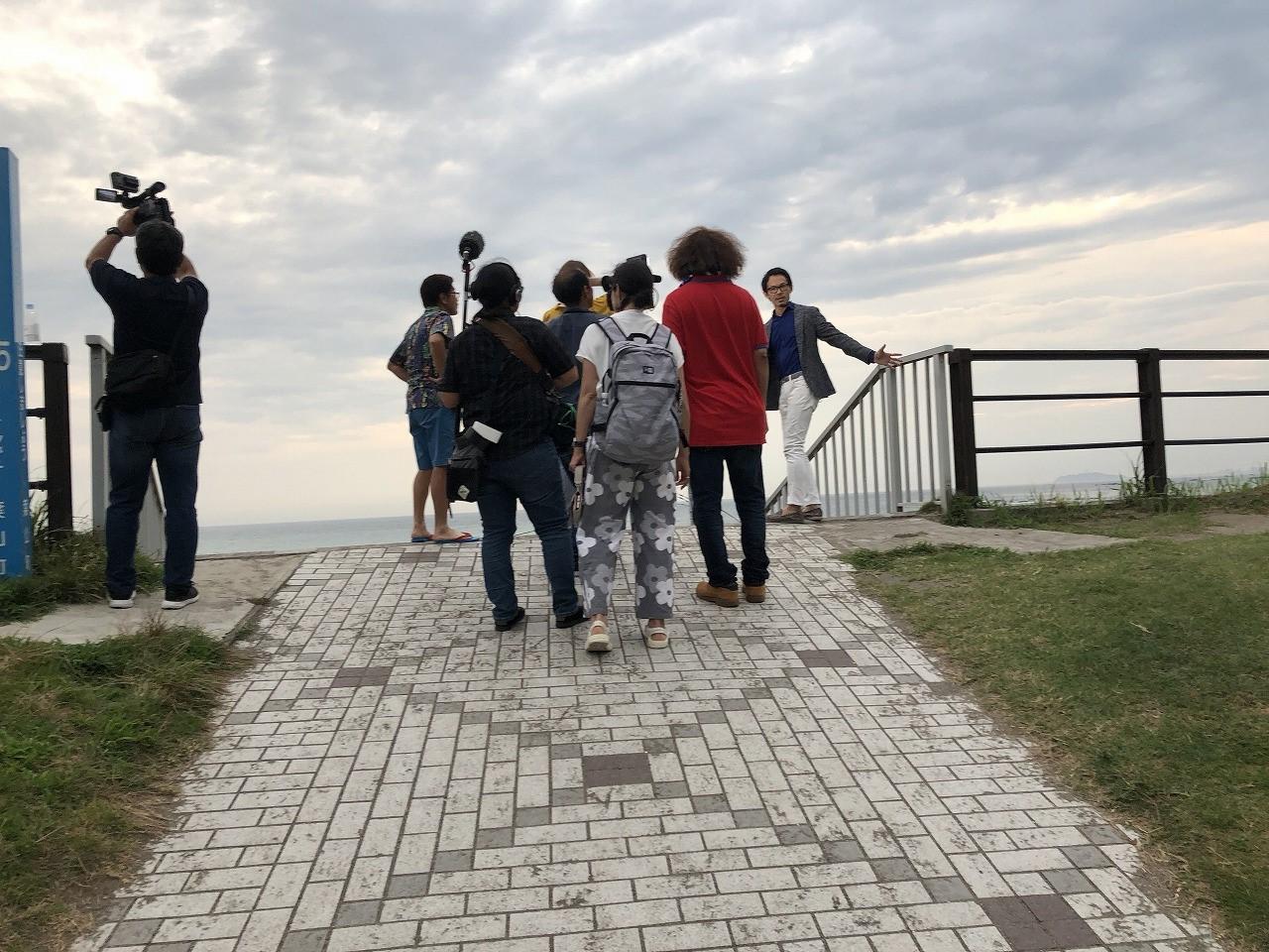弊社代表の金子が、大浜海岸で具志堅用高さんと吉澤ひとみさんをご案内しています