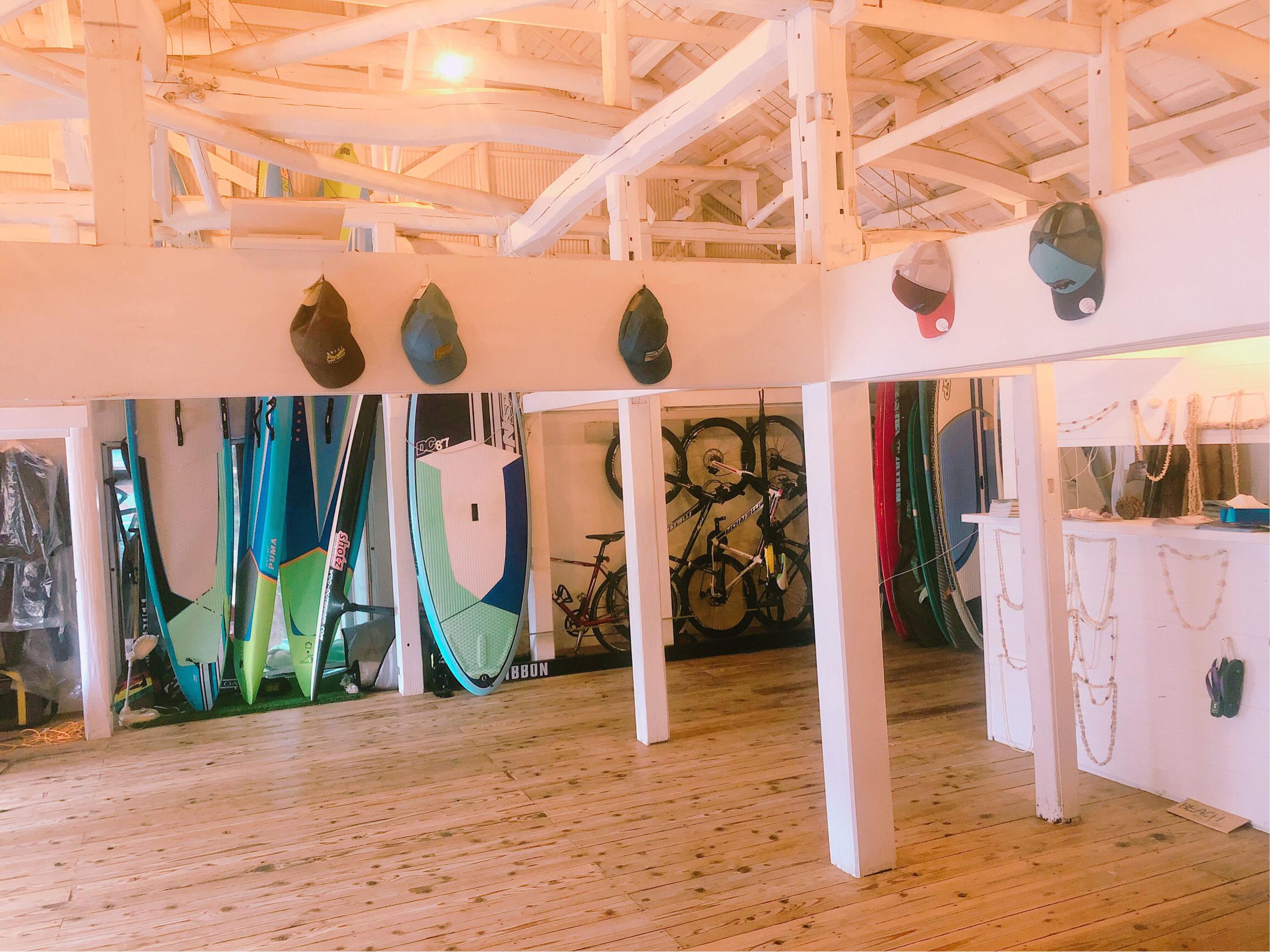 Beach Hayama内観、スタジオ。サーフボードやバイクが並び、普段はヨガやフラなどアクティビティを行う
