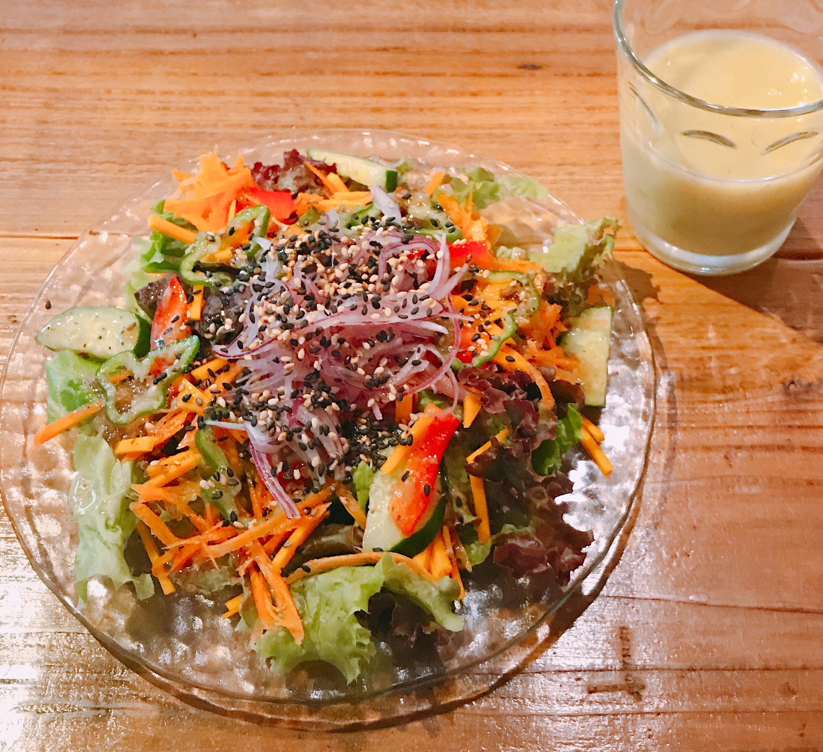 色鮮やかな野菜サラダと本日のスムージー