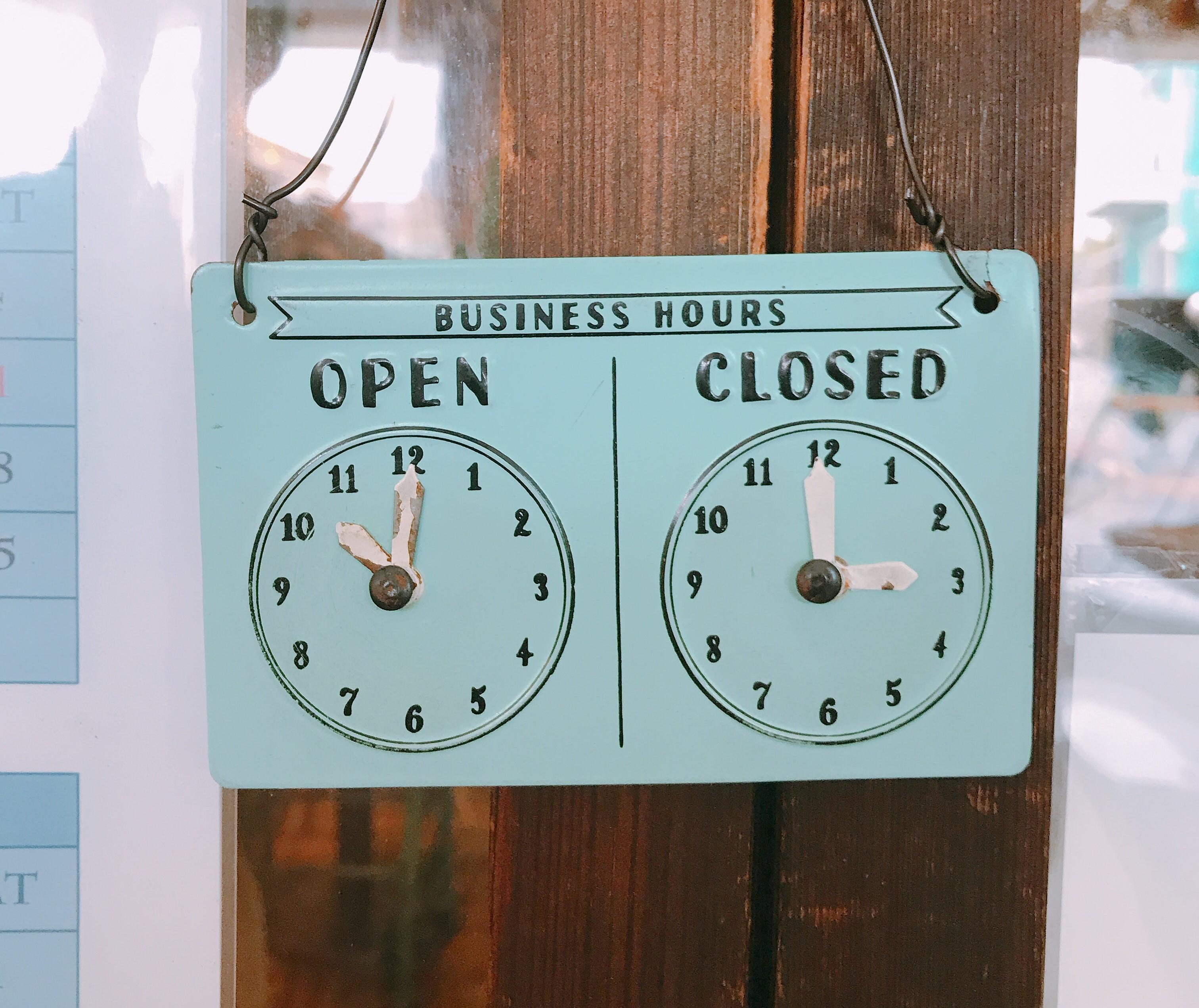 開店時間と閉店時間が示されたレトロ可愛いプレート