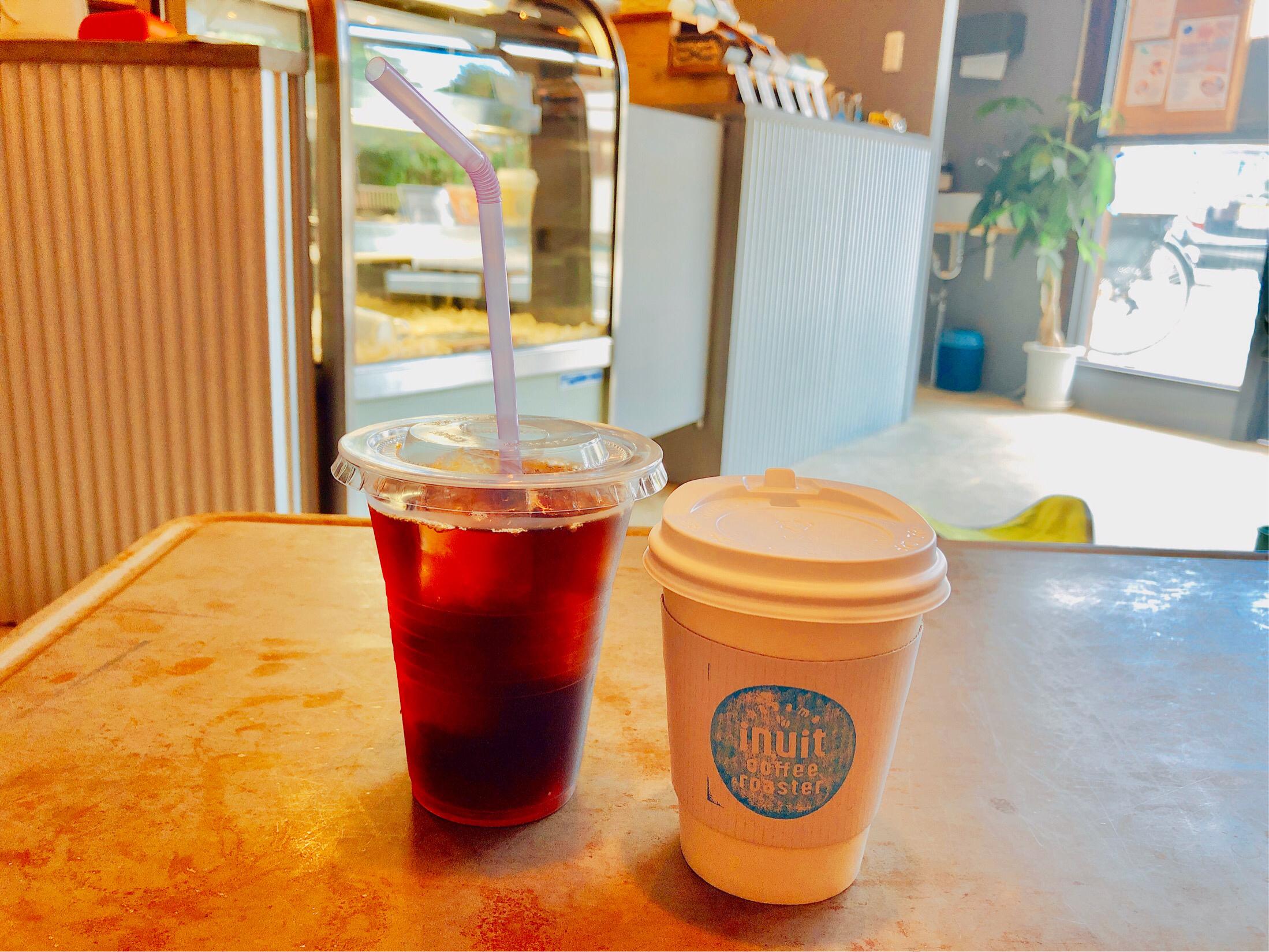 イヌイットコーヒーで注文したホットコーヒーと、アイスコーヒーの写真。色んな味が選べて楽しい。