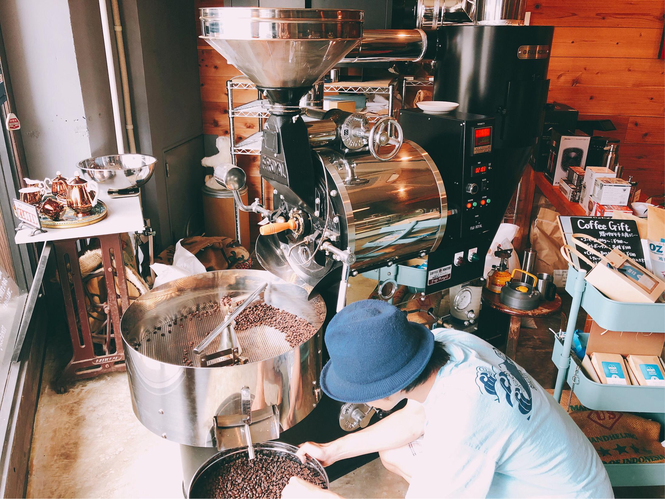 イヌイットコーヒーで働く店主、乾さんの写真。