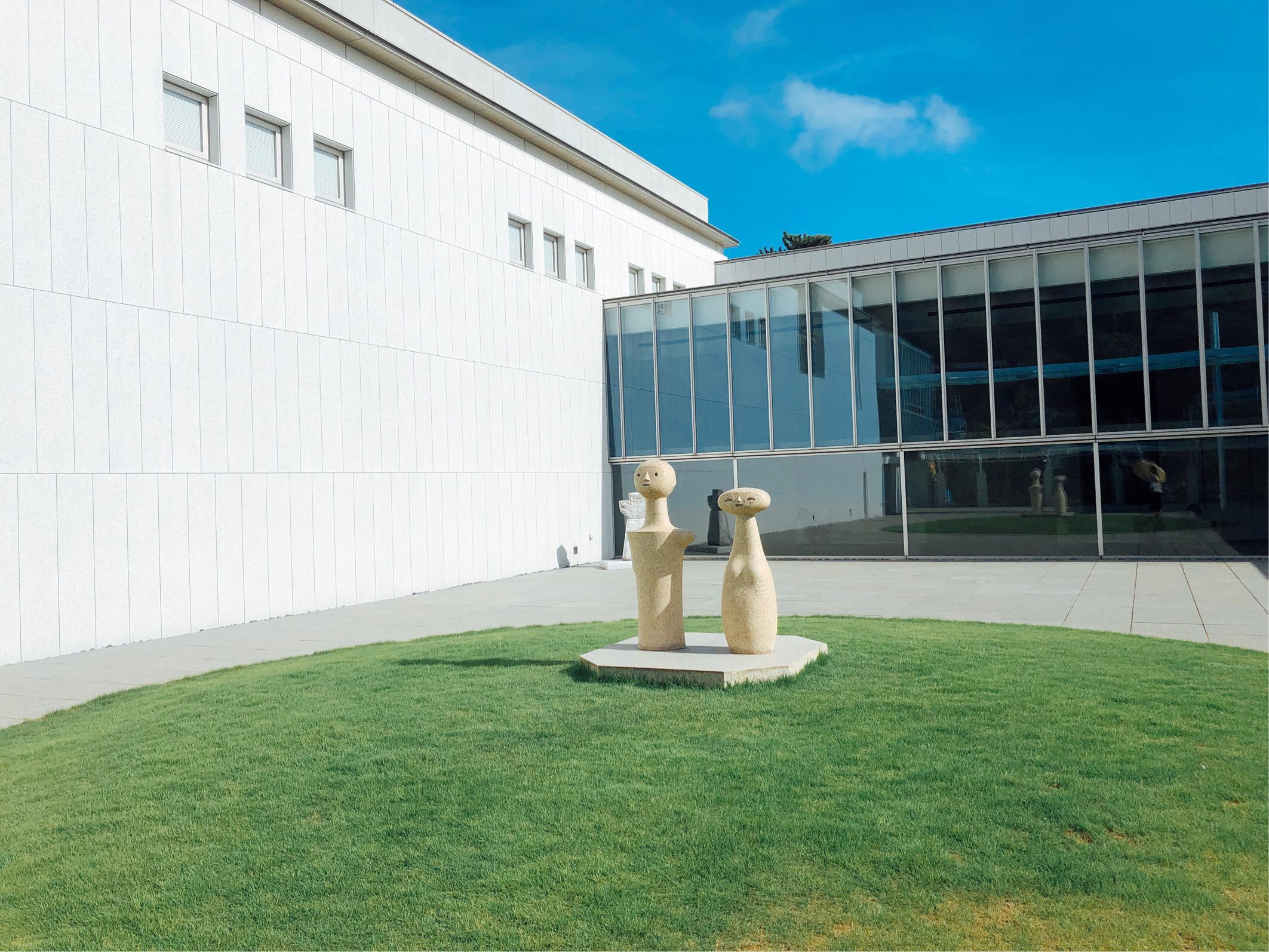 葉山美術館入口のオブジェの写真です。