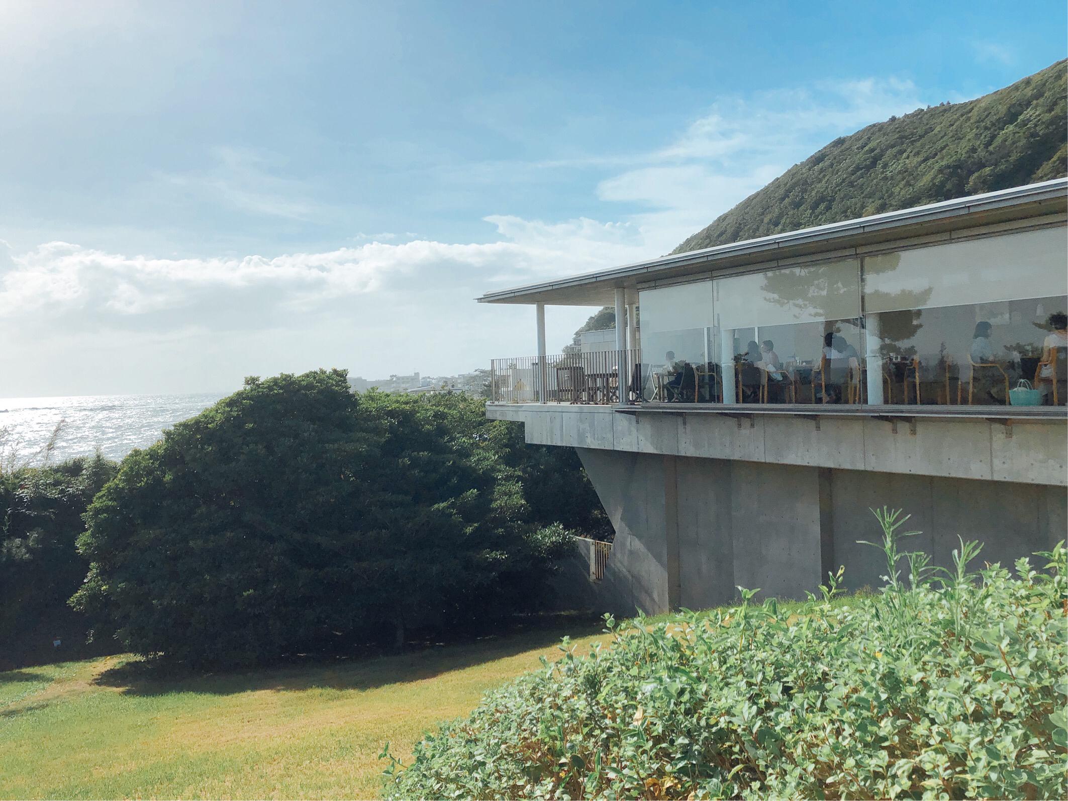 葉山美術館のカフェ(レストラン) オランジュ・ブルー。ガラス張りの窓から見る海は絶景。