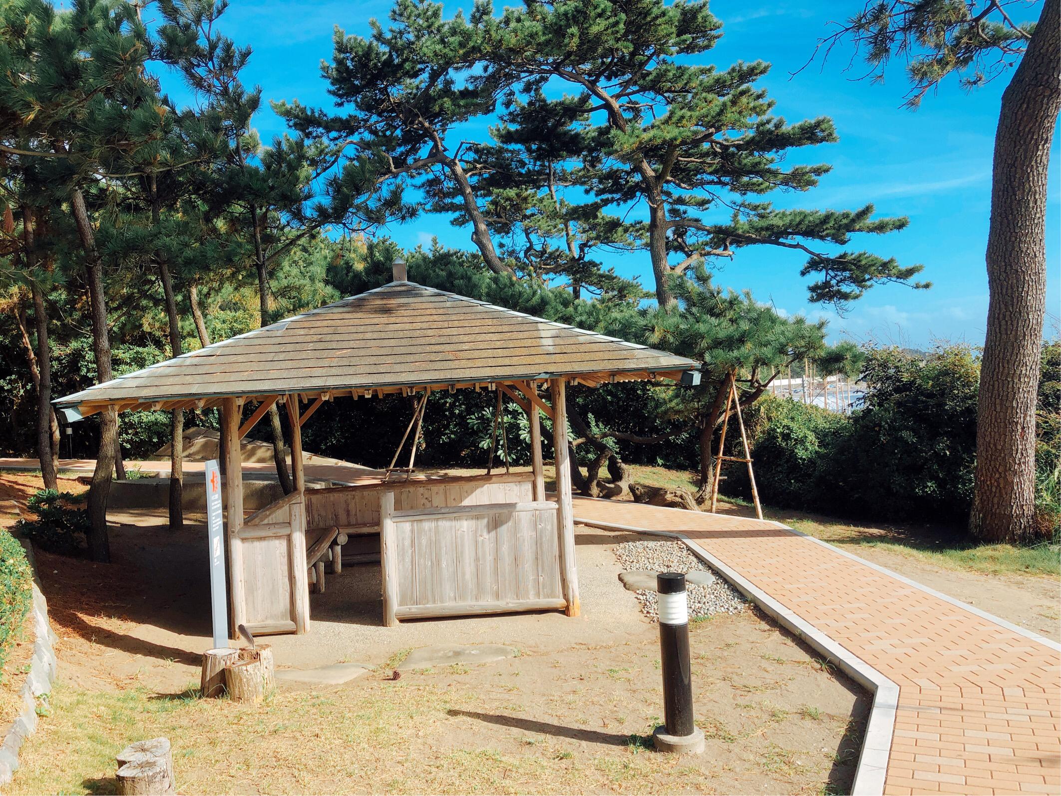 葉山美術館散策路にある東屋。こぢんまりとしているが、太陽の日差しを避けながら海を眺められる憩いの場。