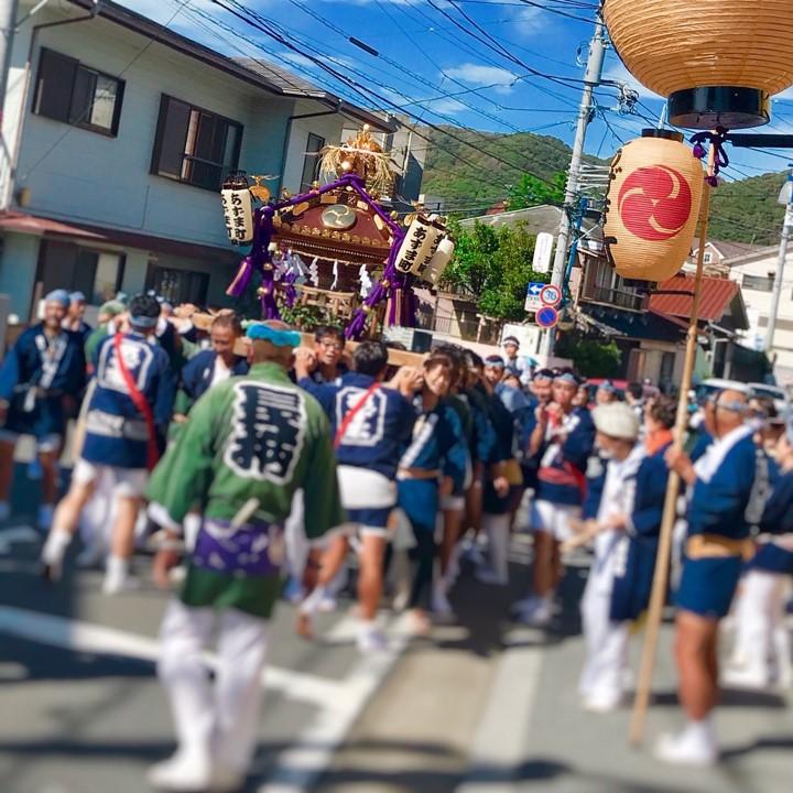例大祭の始まり。神輿が動き出した。