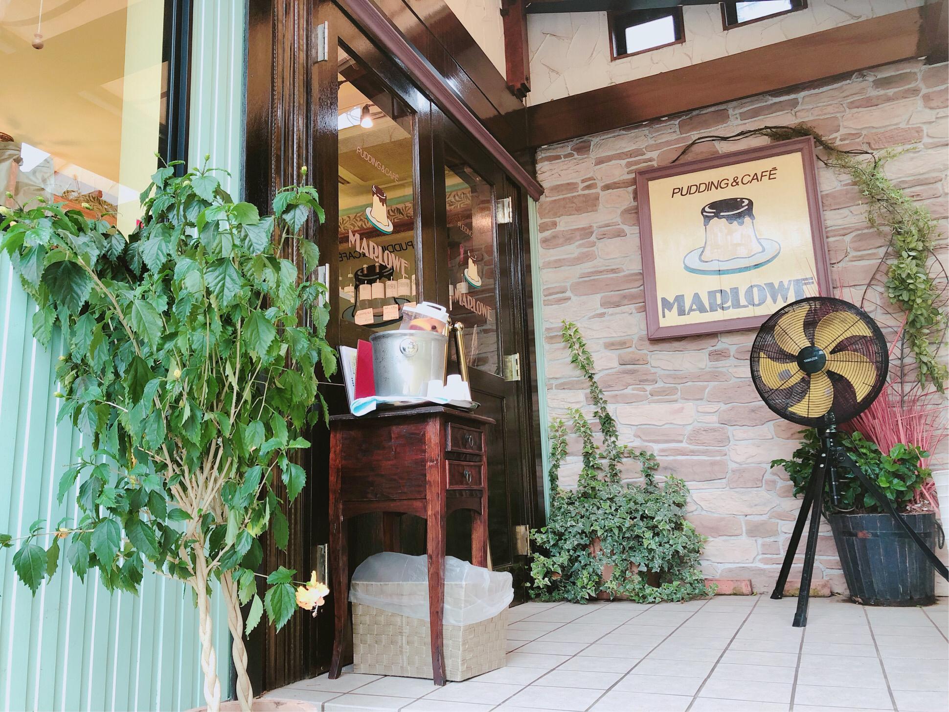 人気プリン店、ビーカープリンが有名なマーロウ葉山店の入口です。