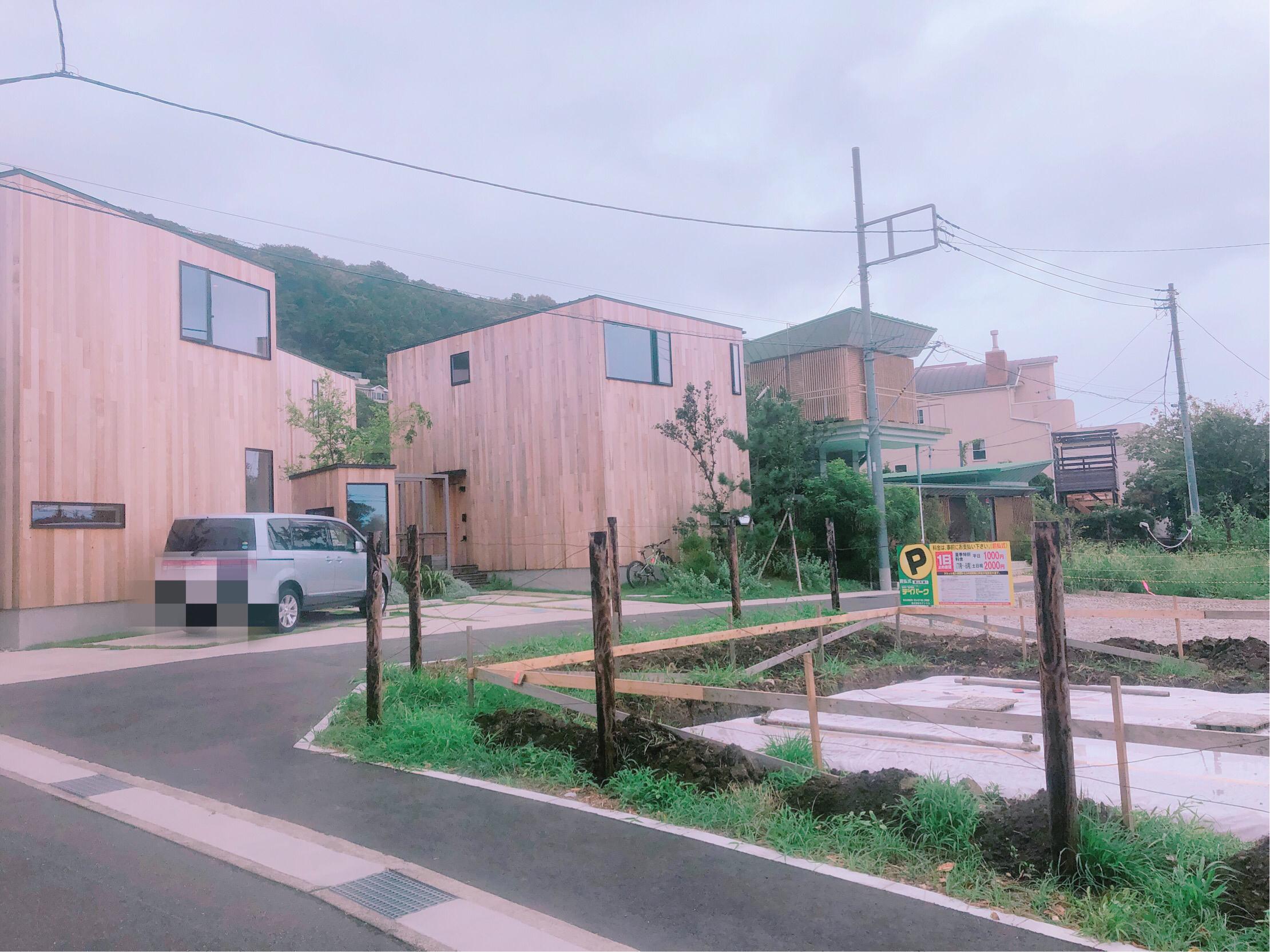 The Canvas Hayama Parkの外観です。閑静な住宅街の中にある、3棟建てのヴィラ。