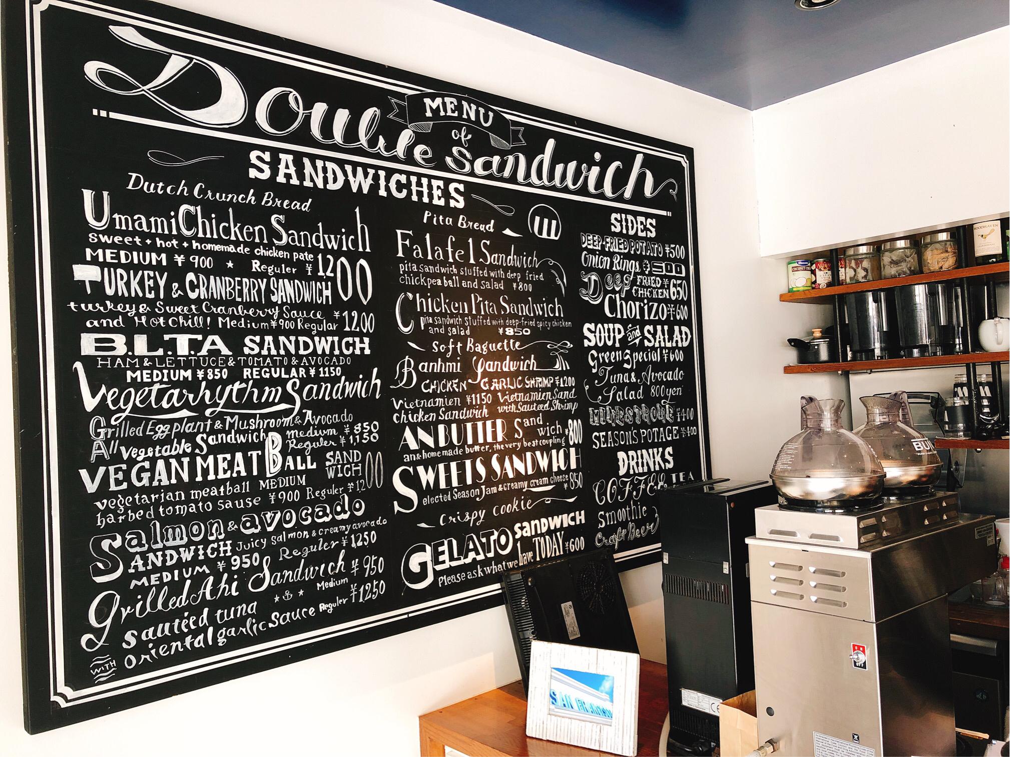 ダブルサンドイッチメニュー看板。黒板に白の文字がおしゃれで、アメリカンな雰囲気です。