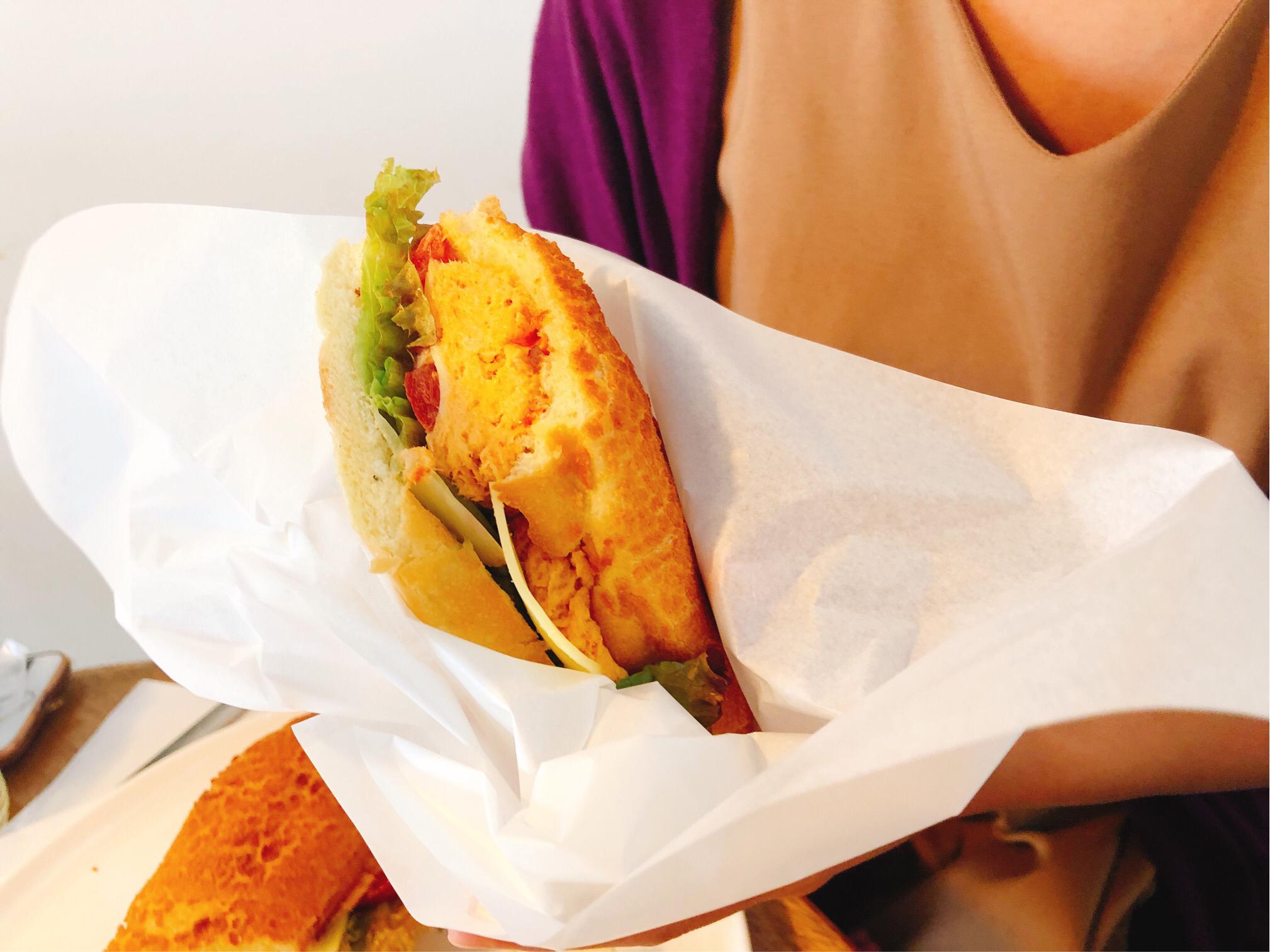 ダブルサンドイッチの一番人気メニュー、ウマキチキンサンド。