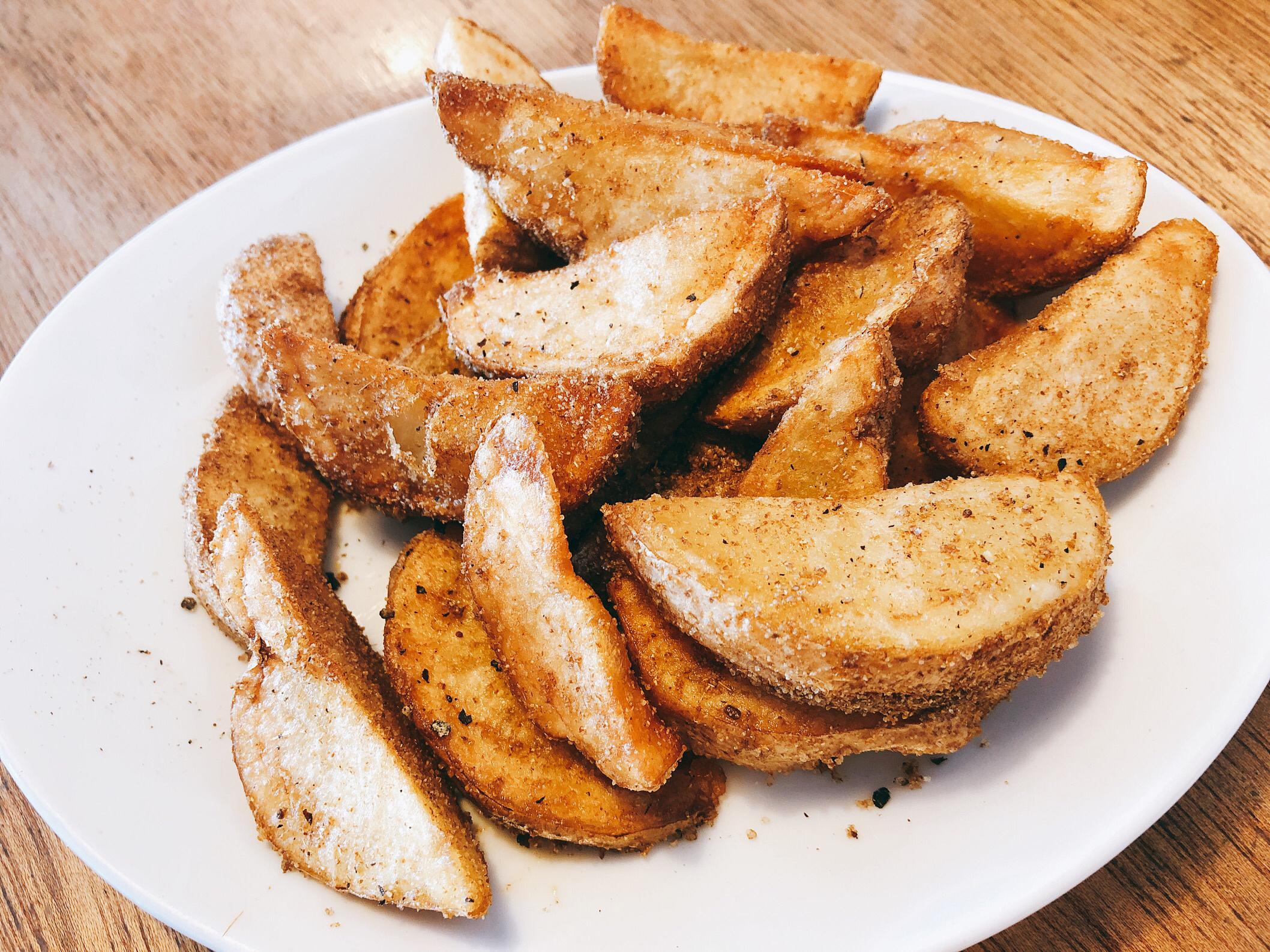 ダブルサンドイッチのスパイシーディープフライドポテト。スパイシーな風味が奥まで入っていて、外はカリっとして美味しい。
