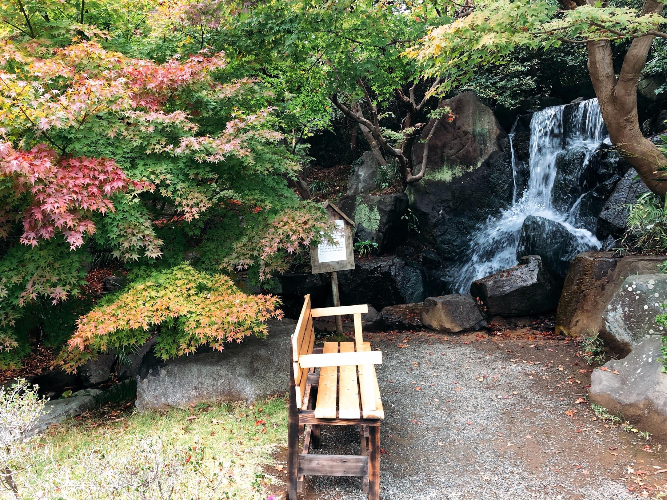 しおさい公園、噴井の滝。いきおいよく湧き出る滝は、水しぶきがたっていて気持ちがよい。