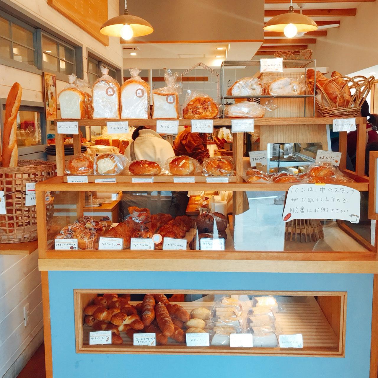 三角屋根のパン棚