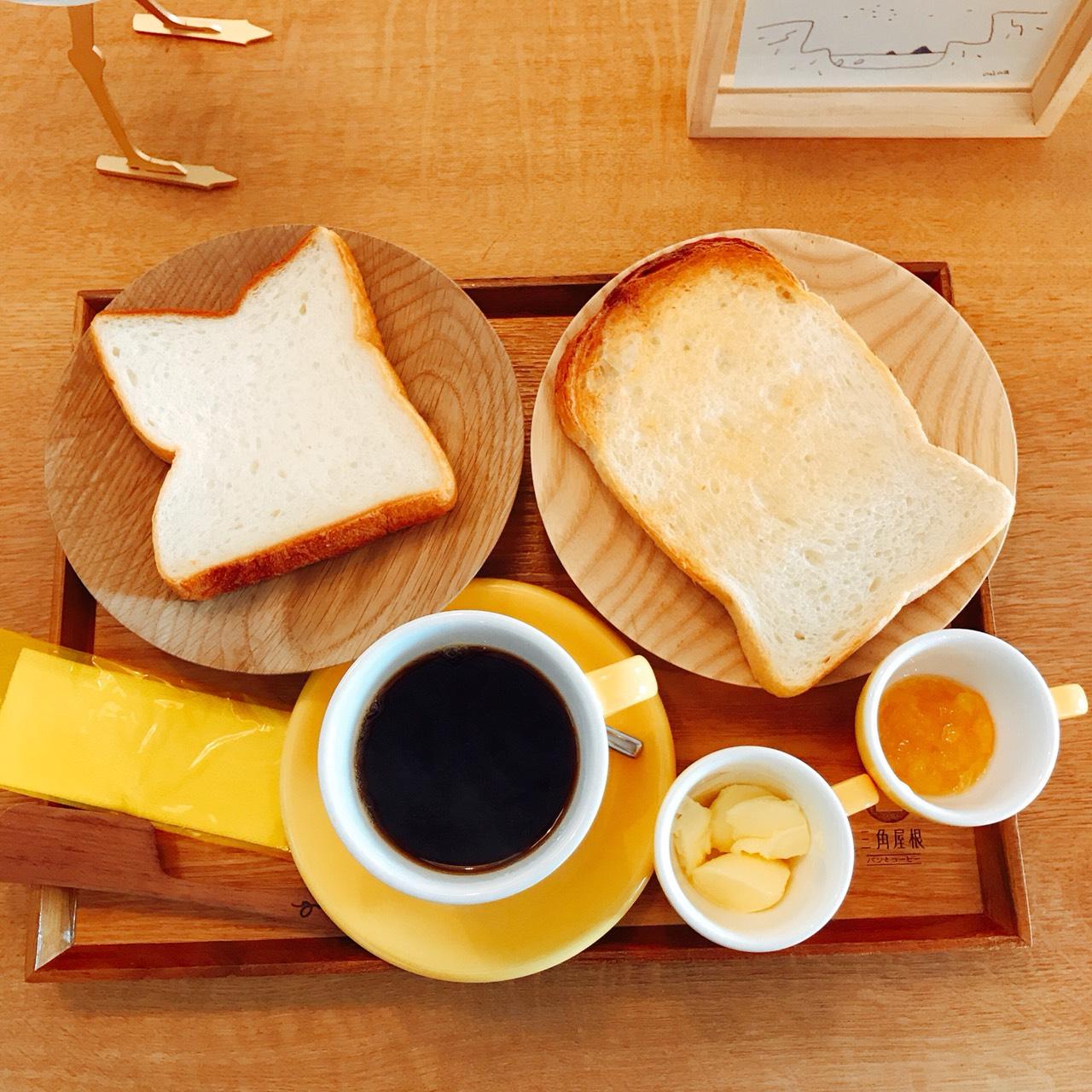三角屋根のパンとコーヒー。上からの写真。