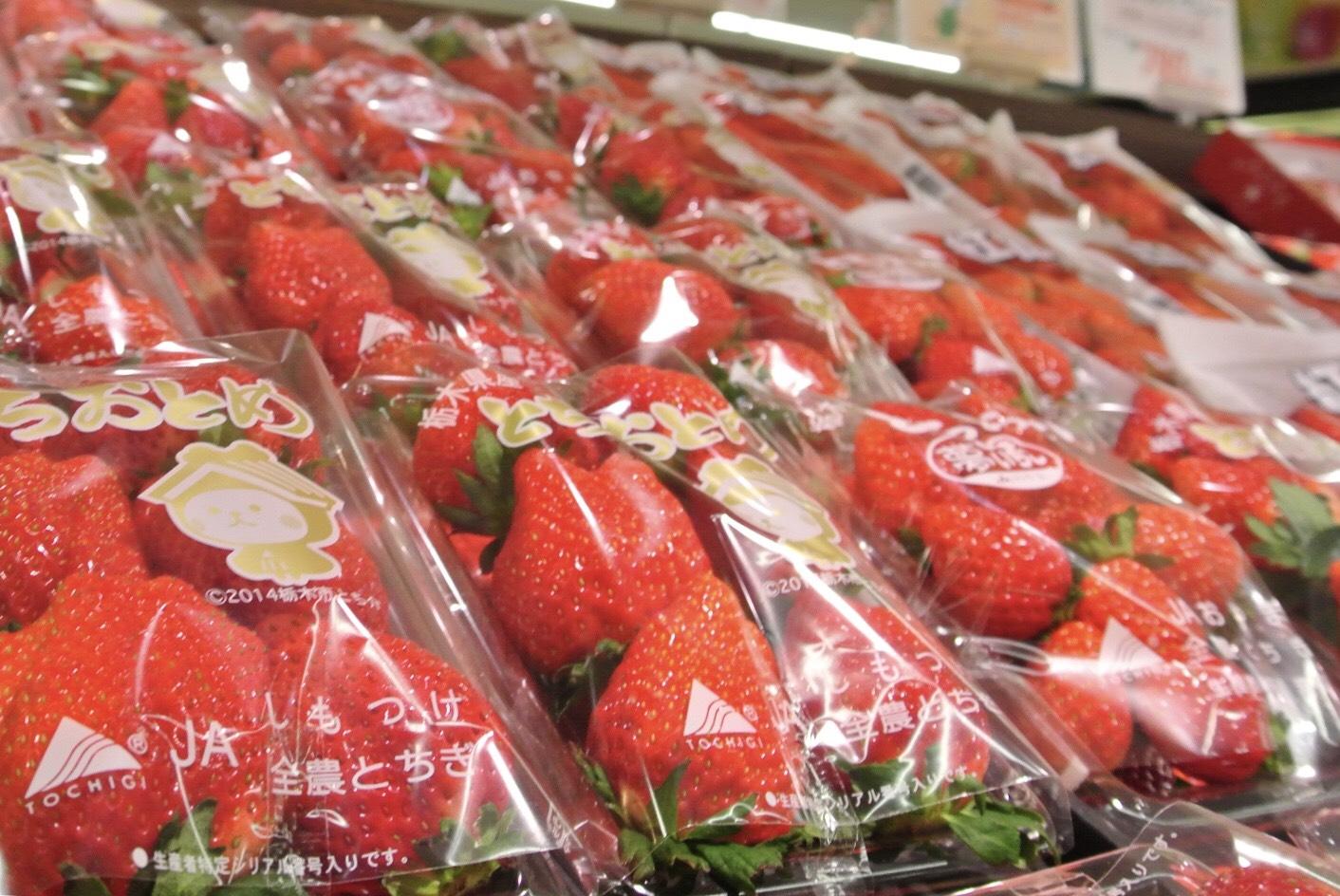 スーパー一面に並ぶ旬のイチゴ