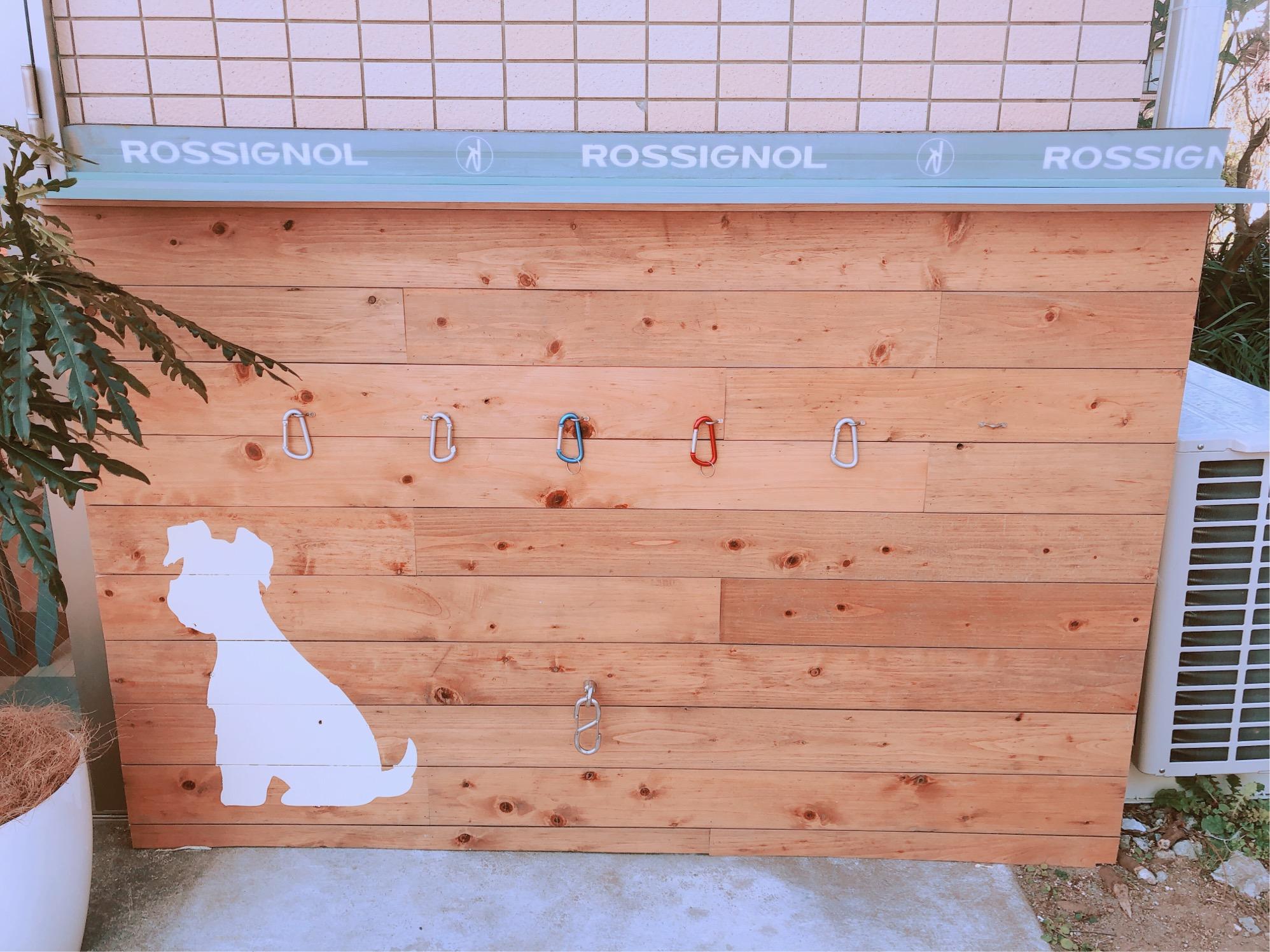 ミサキドーナツ葉山店の外観。ワンちゃん用の犬リールフックが可愛らしい。
