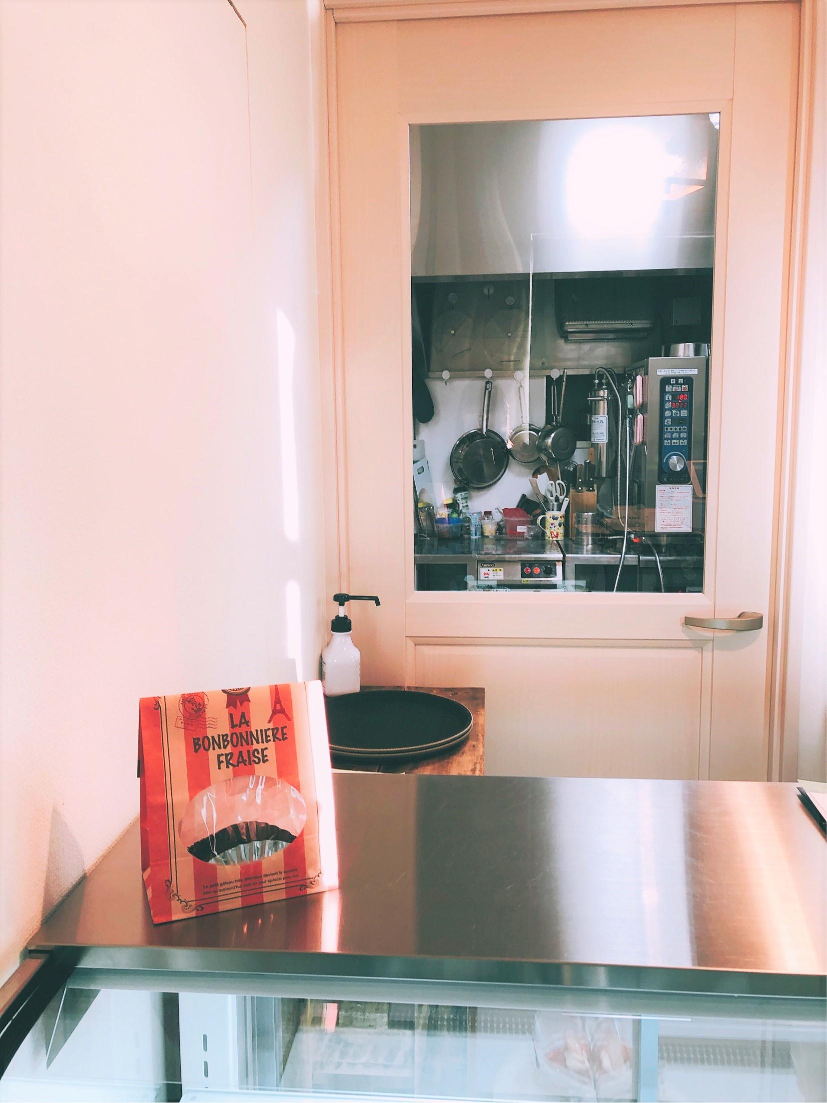 葉山で人気のケーキ屋さん、タルト専門店Maron(マロン)の中。ケーキ越しに見えるキッチンは、元々あったものではなく、0から作ったものだとか。