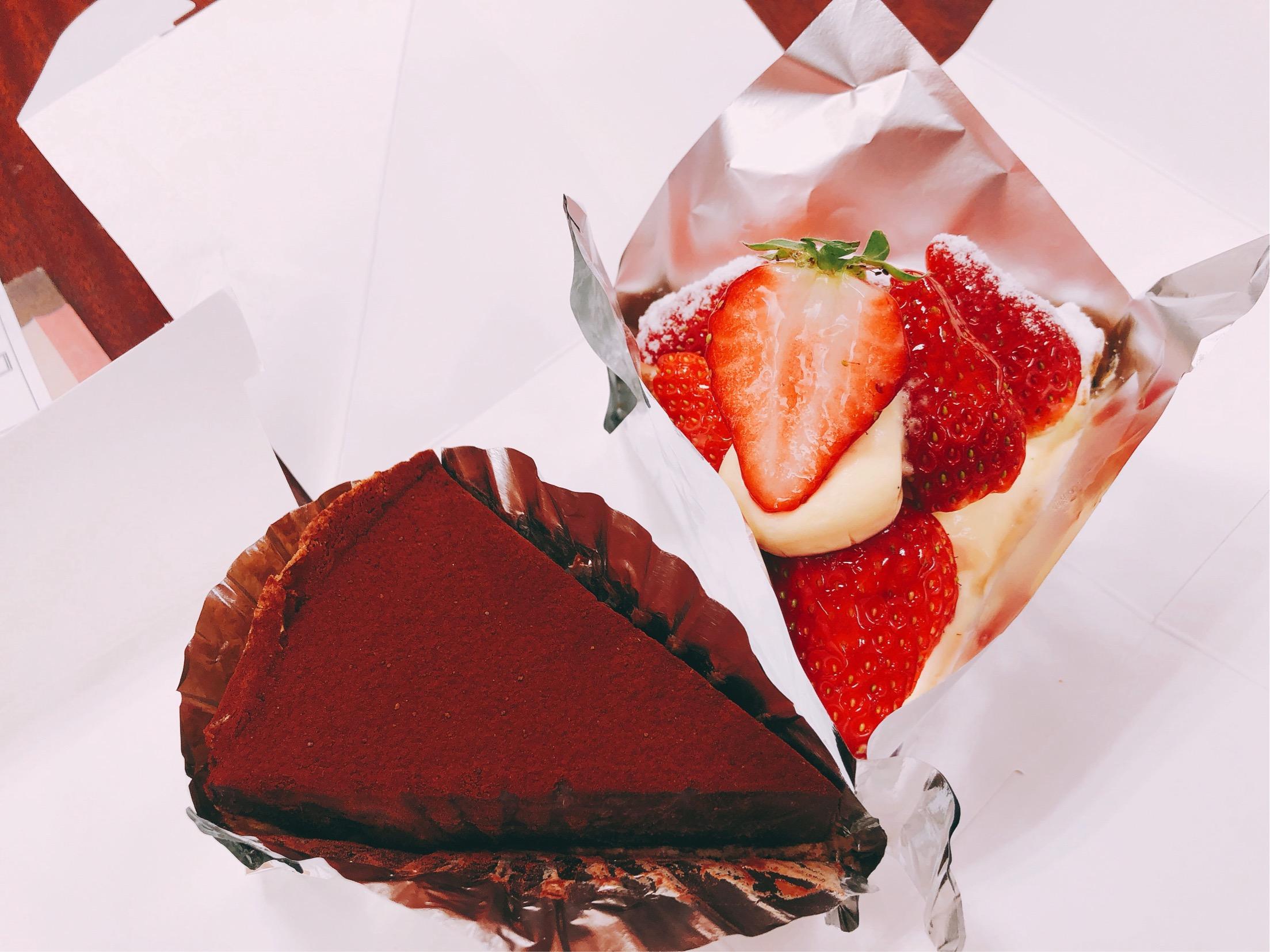 葉山で人気のケーキ屋さん、タルト専門店Maron(マロン)で買った、大人の生チョコタルトといちごたっぷりタルト。