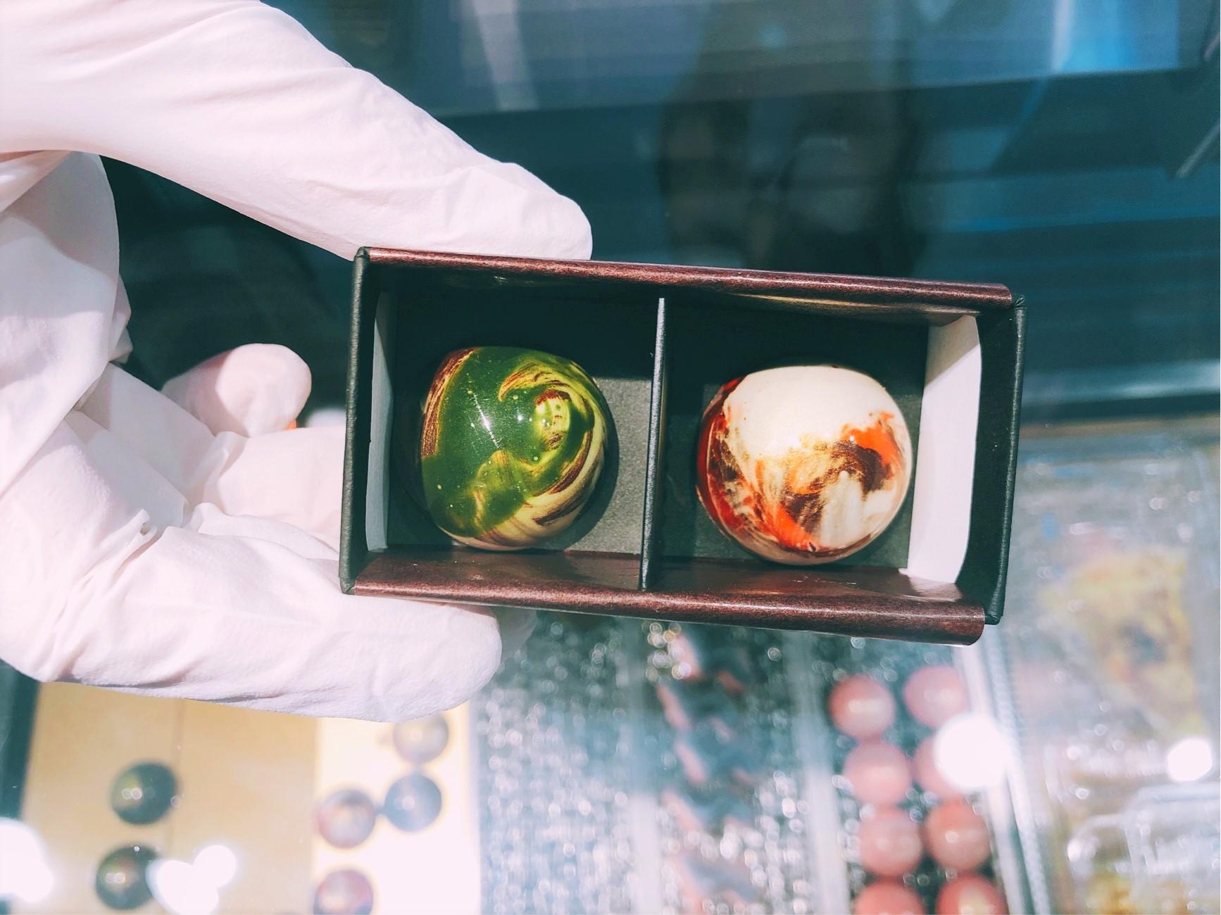葉山で人気のチョコレート屋さん「Nicolas&Herbs(ニコラ&ハーブ)」で購入したチョコレート。2つを一緒にボックスに入れてもらう。「葉山」と「味噌キャラメルサレ」を選んだ。