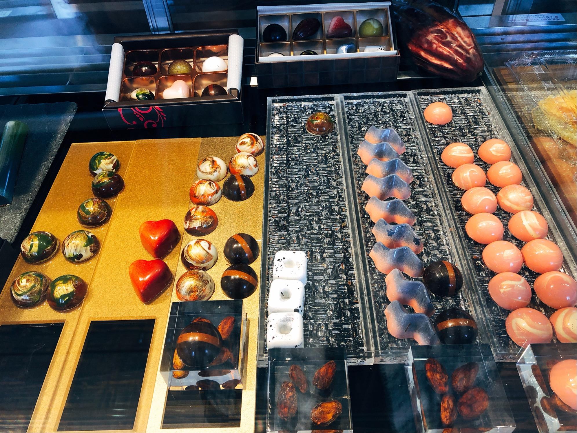 葉山で人気のチョコレート屋さん「Nicolas&Herbs(ニコラ&ハーブ)」ケースの中に並ぶ、色とりどりのチョコレート。アート・芸術作品のように美しい。