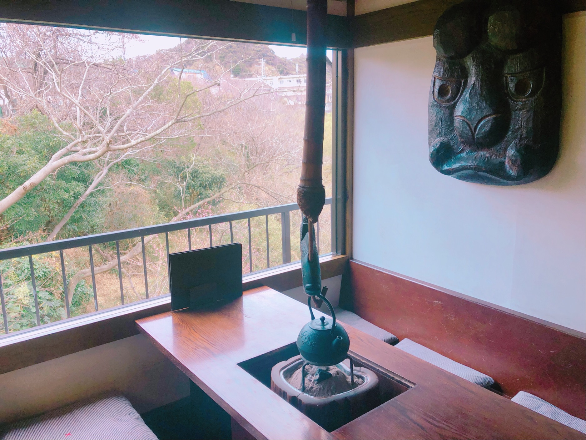 葉山日の出園、喫茶からの眺め。2月末には、ほのかに色づく梅も見られるカフェ。
