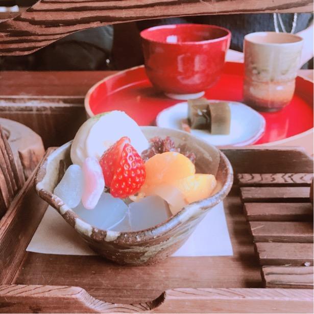 日の出園、お店の方いちおしの寒天がはいったあんみつと、和菓子付きのお茶セット。香ばしいほうじ茶も嬉しい