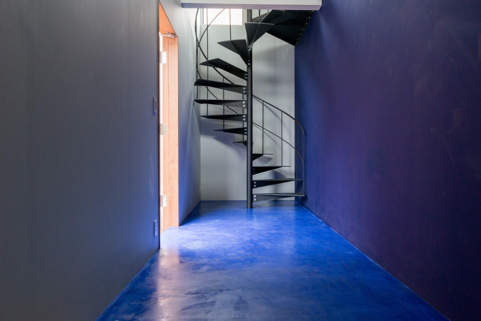 Minamo(水面)のエントランス。青い壁は海の底を連想させる。奥には2階へ続く螺旋階段が。