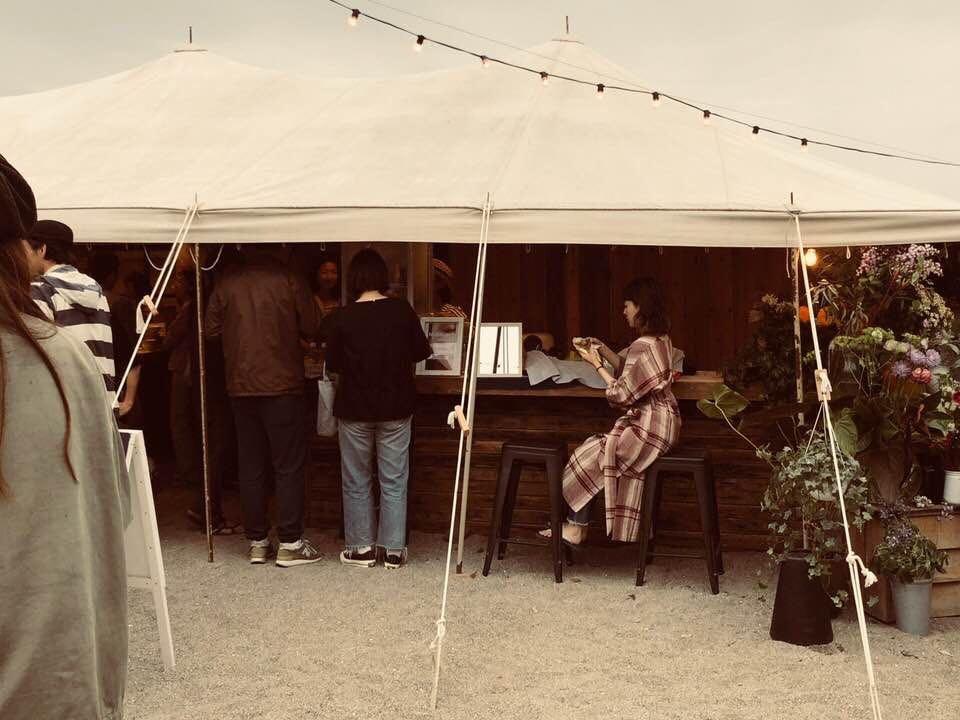 逗子海岸映画祭2018に撮影した写真。映画鑑賞だけでなく、食べ物や人との交流も楽しみの1つだ。