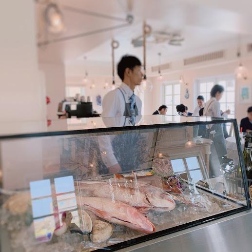 ラ・マーレ2階のショーケース。新鮮な魚が陳列されている。
