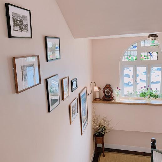 ラ・マーレの2階へ向かう階段。壁にはラ・マーレの写真や絵が飾られている。