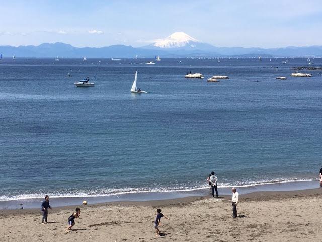 平成最後の葉山の富士。地平線の奥にくっきりと望んでいる。
