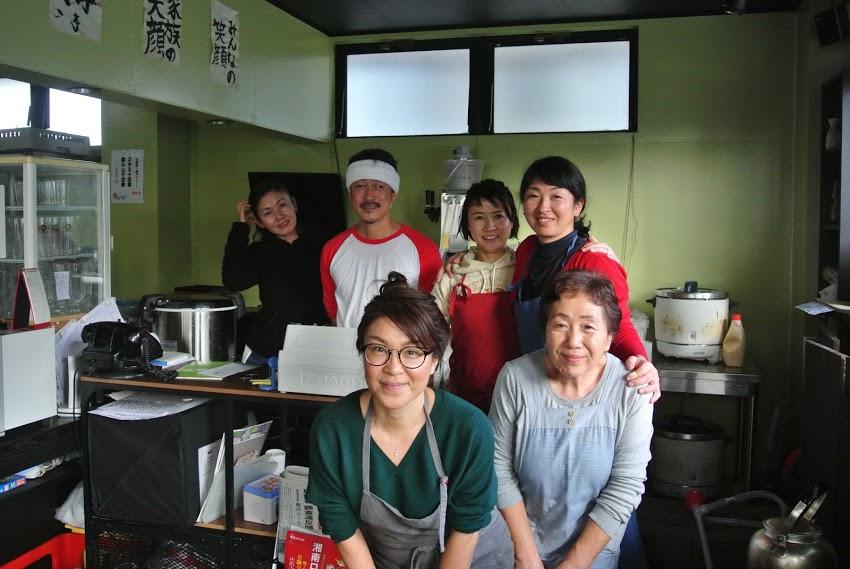 山海亭のお店の皆さんの写真。女性5人と男性1人。皆笑顔が素敵。