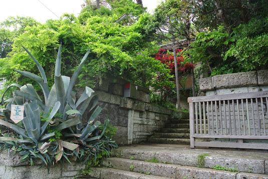 加地邸の入口。葉山芸術祭の旗がかかっている。