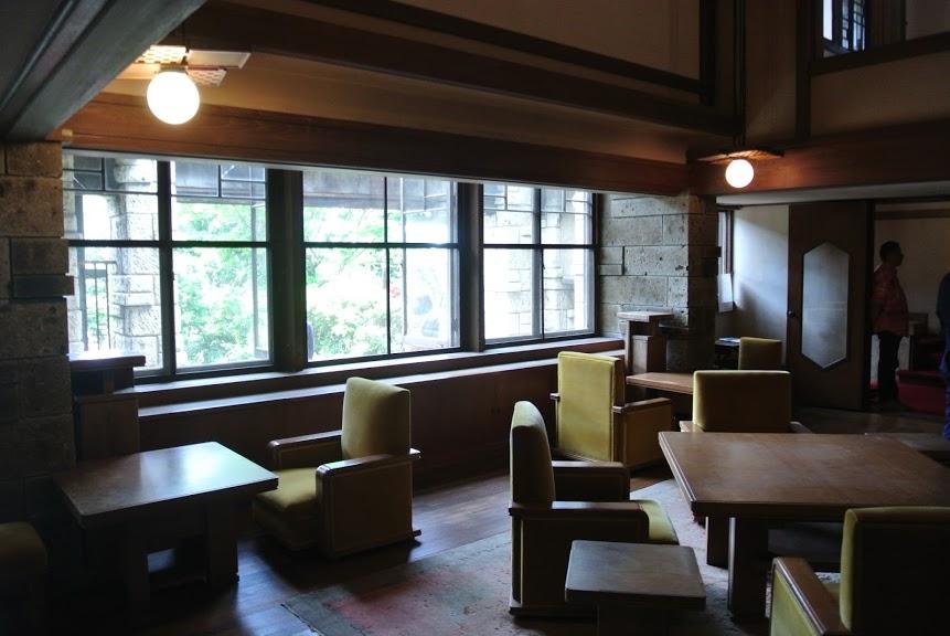 加地邸の家具。4人掛けのテーブルと椅子が並ぶ。