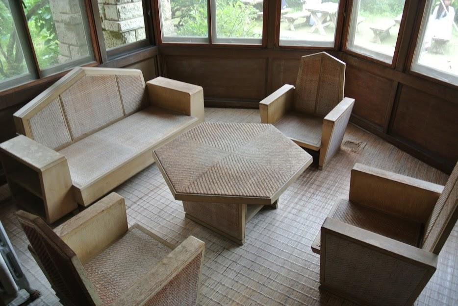 加地邸の家具。六角形のテーブルと、半六角形の背もたれのイスが並ぶ。