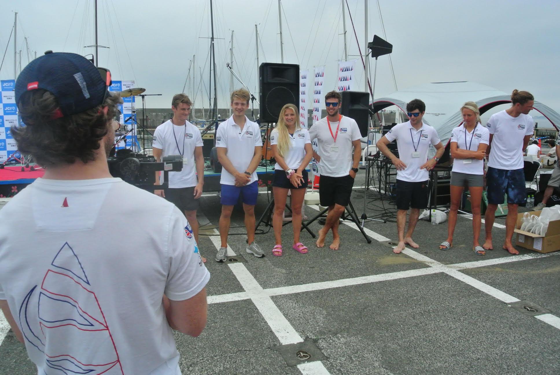 ヨットレース英国チームが横一列に並ぶ。