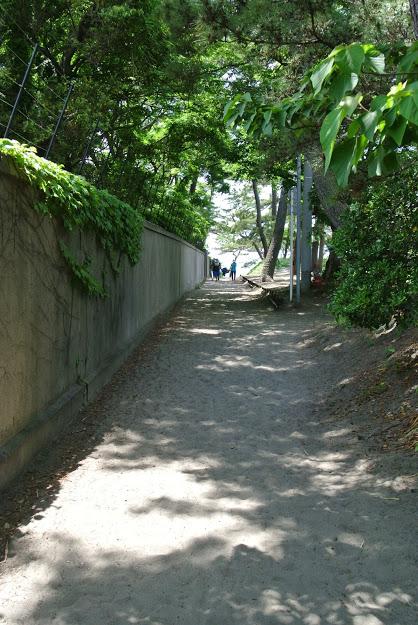 御用邸としおさい公園の間の小道