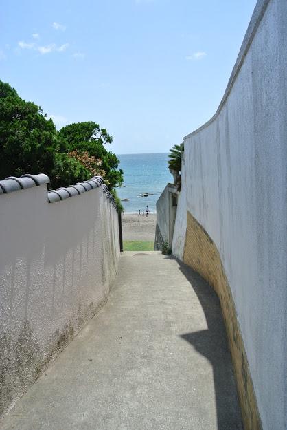 近代美術館の近く、一色海岸への道