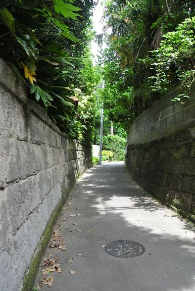 三が丘から一色へ抜ける佐島石の石垣の小道