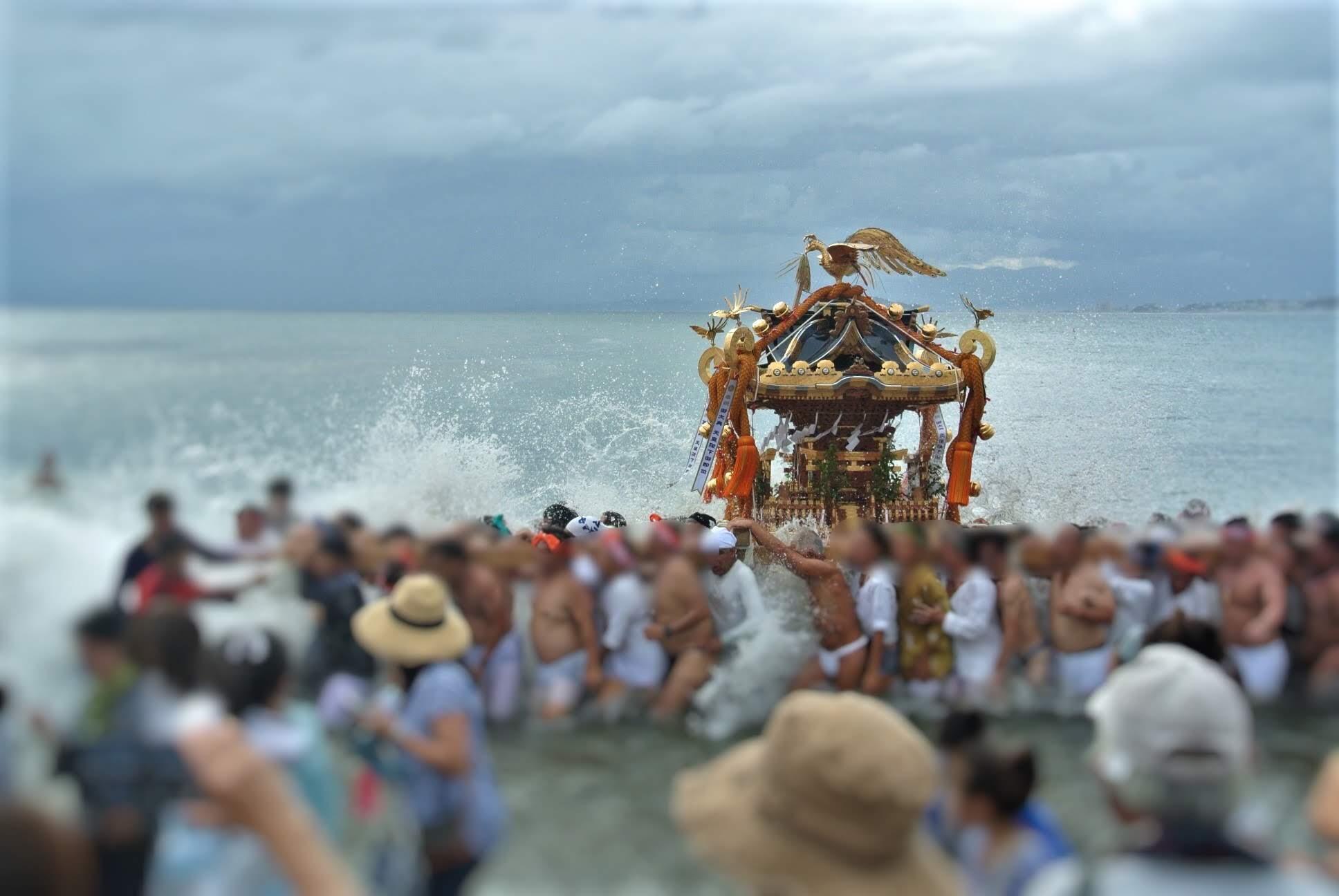 2019年葉山・森戸神社の例大祭。海中のお神輿
