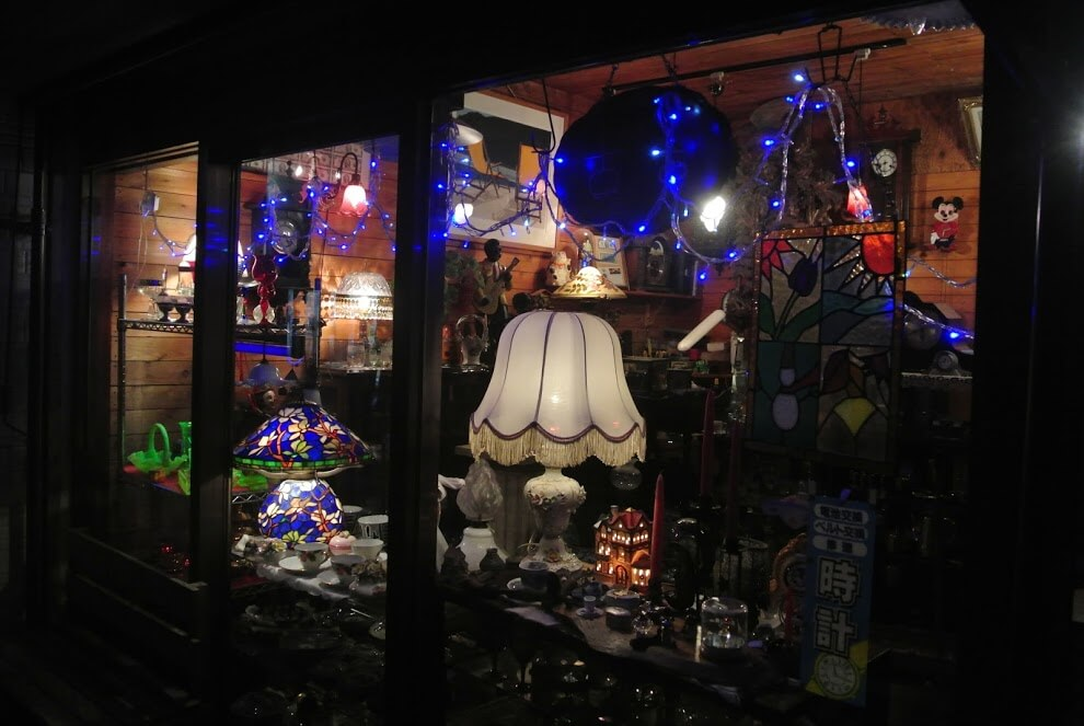 葉山のアンティークショップ、古古(CoCo)。夜のとばりが下りた後、店頭で輝くランプが幻想的だ。