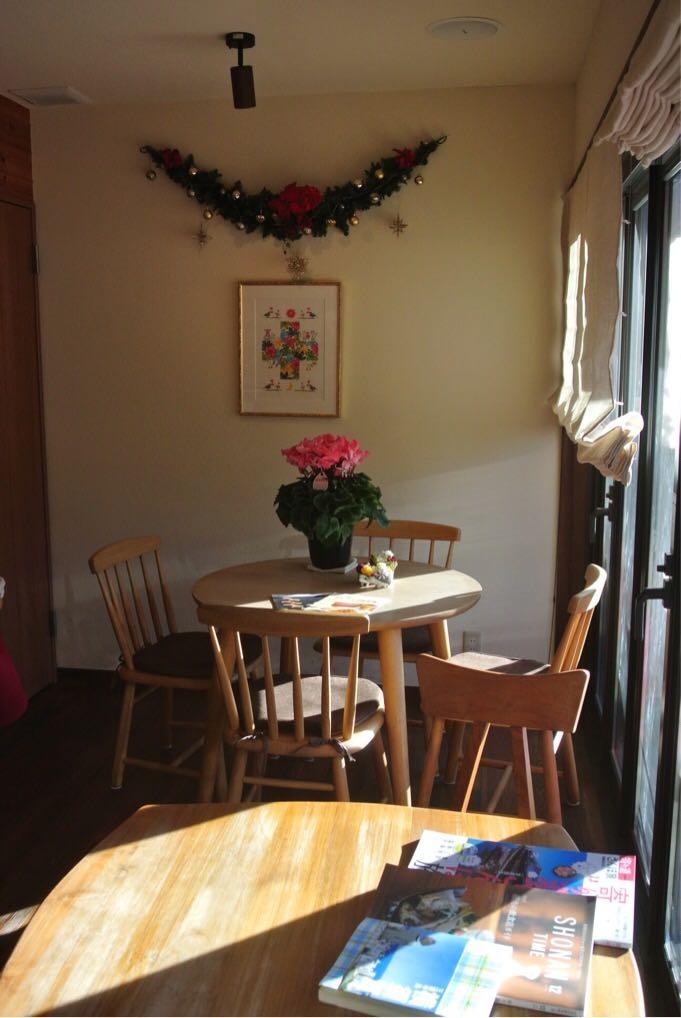 Fruhling(フリューリング)のカフェスペースは、窓際が気持ちよくておすすめだ。