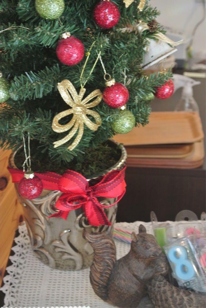 Fruhling(フリューリング)の店内、可愛らしいリスとお花がクリスマスらしさを彩る。