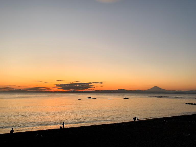 葉山公園から見る夕日。夕日に染まる大浜海岸の先に富士山が一望できる