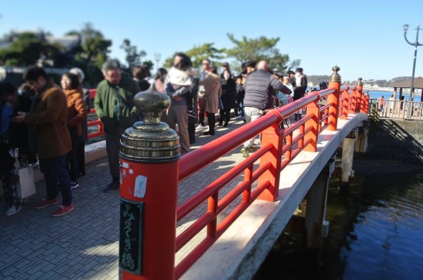 みそぎ橋まで並ぶ参拝者の列