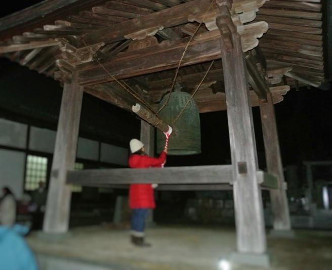 新善行寺の鐘楼。除夜の鐘の様子。
