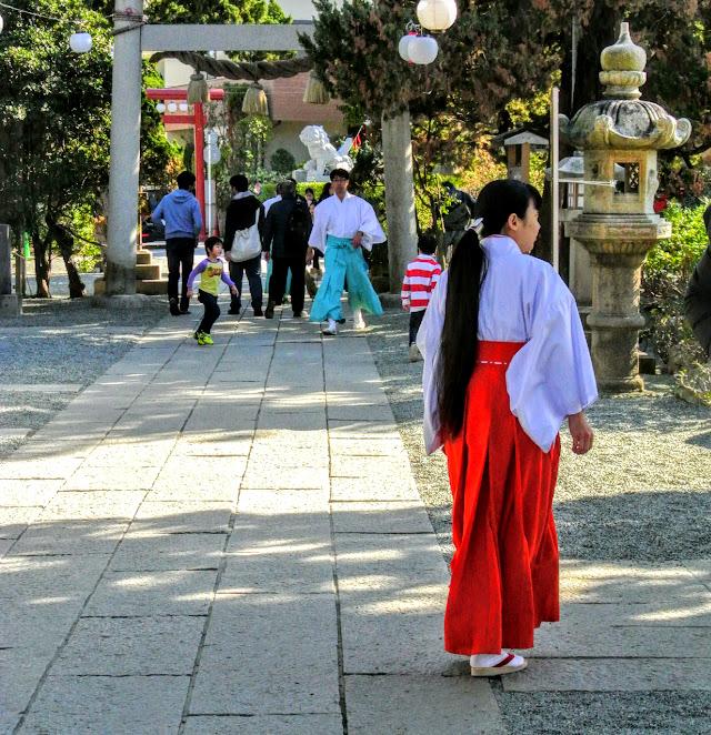 森戸神社境内。巫女さんが歩いている