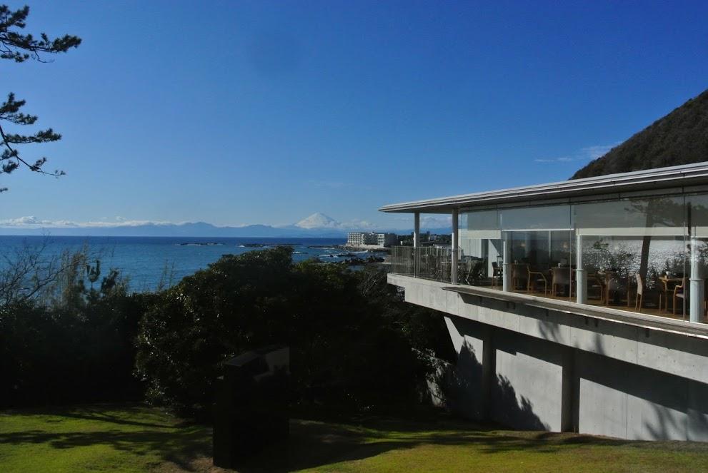 神奈川県立近代美術館の外観。奥には富士山がみえる。