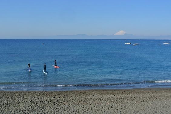 J大浜海岸ではSUPアクティビディを楽しむ3名の姿が見える。