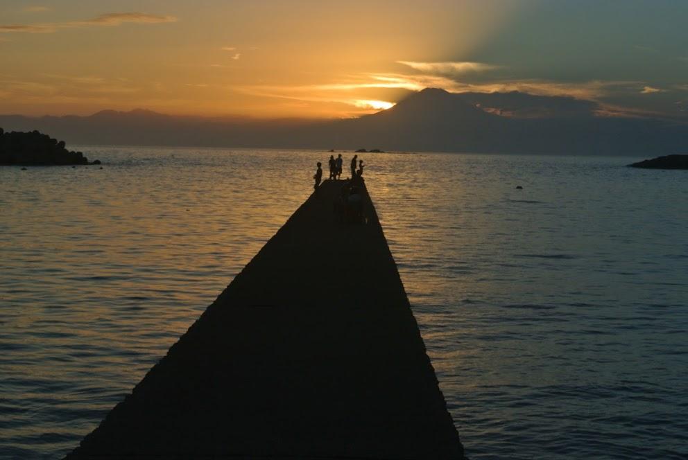 久留和海岸。長く海へと伸びた堤防の先には海と夕日が映り絶景。